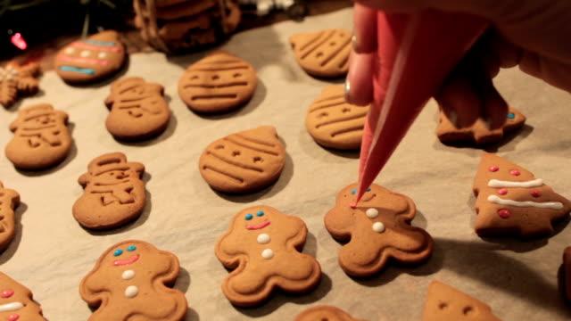 dekoration-prozess der weihnachtsplätzchen - lebkuchen stock-videos und b-roll-filmmaterial