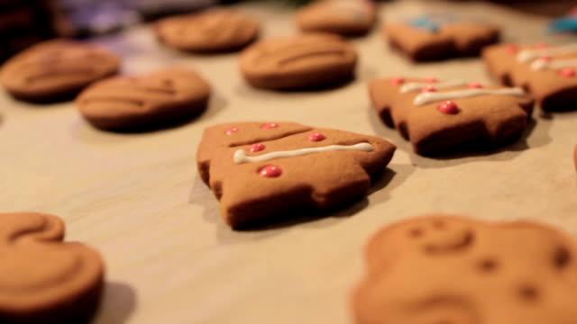 vídeos y material grabado en eventos de stock de proceso de decoración de galletas de navidad - snowman
