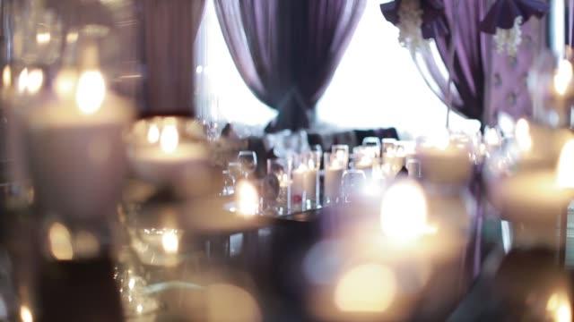 Velas decorativas, queimando em uma mesa de banquete - vídeo