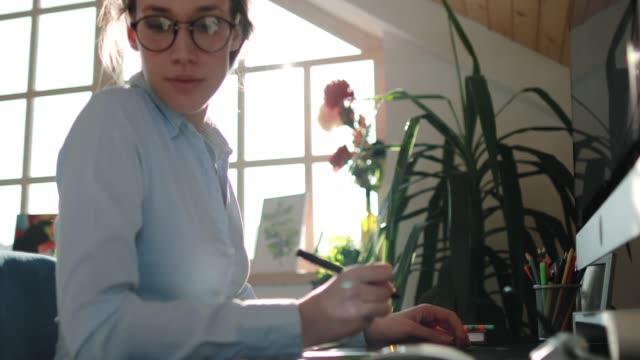 vídeos de stock e filmes b-roll de dedicated business woman working at office thoroughly - utensílio