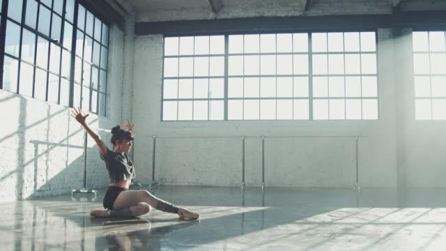 dedikerad dansare spinning i balett studio - dansa balett bildbanksvideor och videomaterial från bakom kulisserna