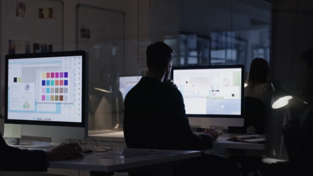 전담 팀이 어둠 속에서도 완료할 수 있습니다. - 헌신 스톡 비디오 및 b-롤 화면