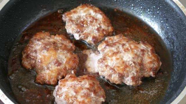 vídeos de stock e filmes b-roll de deep fried beef - beef angus
