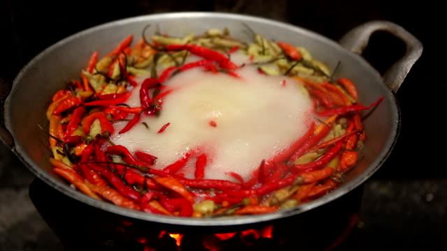 vídeos y material grabado en eventos de stock de deep fried guindilla - cayena guindilla roja
