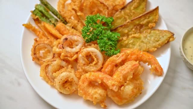 vidéos et rushes de fruits de mer frits (crevettes et calmars) avec mélange de légumes - aliment frit