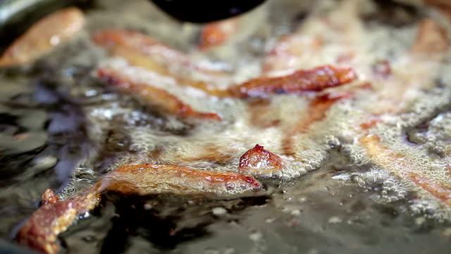 profonda a base di carne che frigge - abbrustolito video stock e b–roll