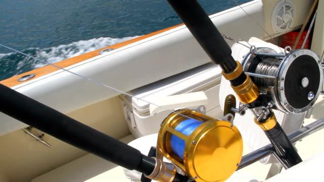 mare profondo canne da pesca in barca in movimento - spranga video stock e b–roll