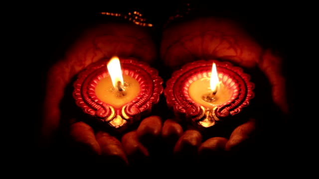 Deepak candle in the hands of Indian women - vídeo