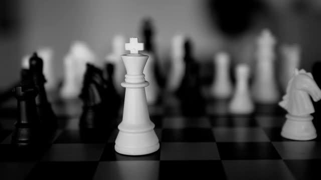 niederlage in zeitlupe -- schachspieler - könig schachfigur stock-videos und b-roll-filmmaterial