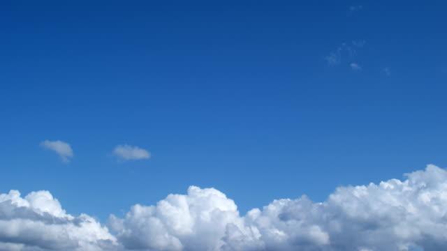 vídeos de stock, filmes e b-roll de deflickered versão de filmagens de timelapse 4k de nuvens. - cirro