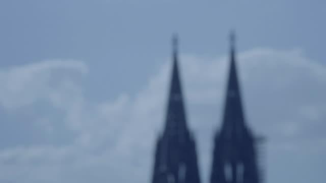 在科隆大教堂的塔在4k 和 slog3 散焦。koelner dom - golden ratio 個影片檔及 b 捲影像