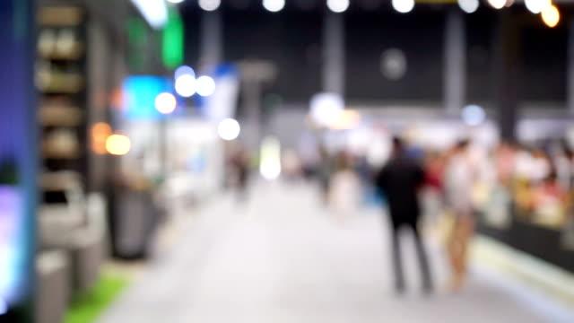 展覧会モールの人々 には、デフォーカスします。 - 展示会点の映像素材/bロール