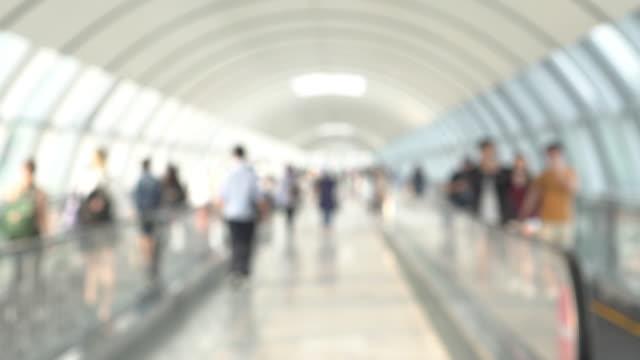 vídeos de stock e filmes b-roll de defocus people walking in terminal or office - office background