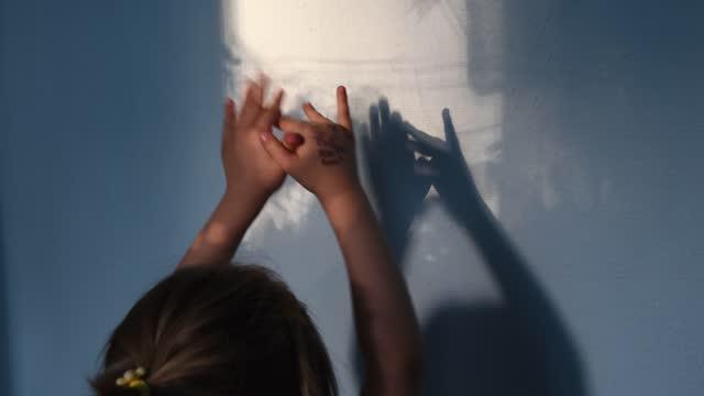 defocus skuggor av barn händer på stuckatur vägg yta med kopia utrymme. halloween-konceptet - abstract silhouette art bildbanksvideor och videomaterial från bakom kulisserna