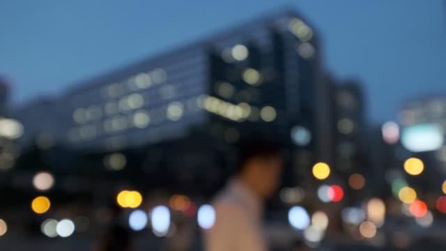 4 K デフォーカス交通や通行人と都市夜景のビデオ ビデオ