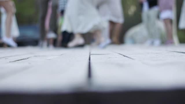 oskarp bakgrund av folk som dansar på trägolv vintagekläder slowmotion kopia utrymme vy från ovan. oigenkännlig män kvinnor firar bröllopsfest. lycka glädje frihet koncept - dansbana bildbanksvideor och videomaterial från bakom kulisserna