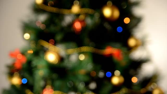 vídeos y material grabado en eventos de stock de desenfocado árbol de navidad semáforo. - christmas trees