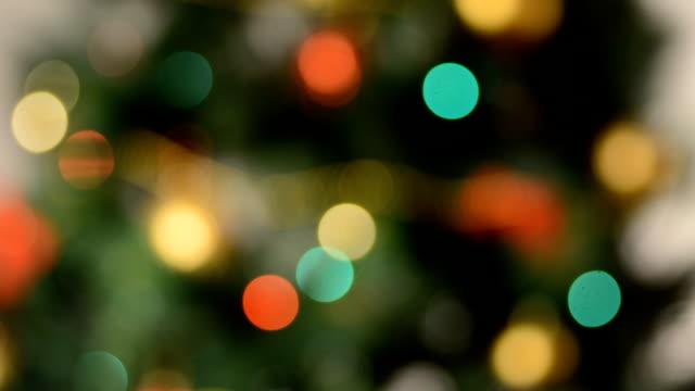 stockvideo's en b-roll-footage met gedeconcentreerde kerstboom lichten - christmas lights