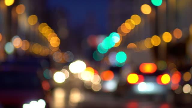vídeos de stock, filmes e b-roll de tráfego de carro em uma rua movimentada cidade de defocused / gran via / no centro de madrid - característica arquitetônica