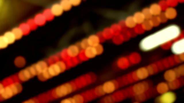 siyah arka plan üzerine ufuk renkli ışıklar - circus stok videoları ve detay görüntü çekimi