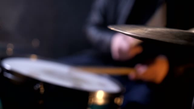 defokuserad trummisen bakom trumset i record studio - trumset bildbanksvideor och videomaterial från bakom kulisserna