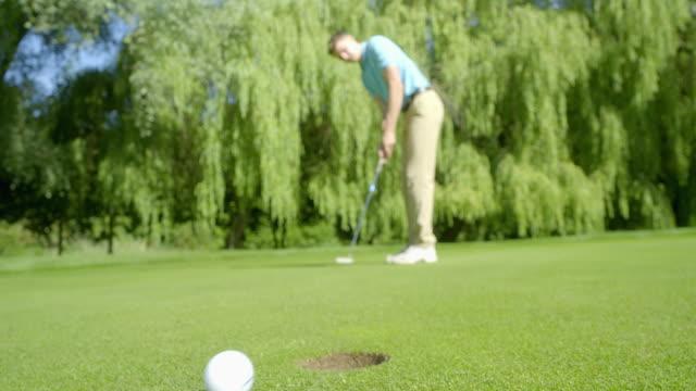 Ein De-Focused Golfer Putts auf einem schönen Grün und vermisst – Video