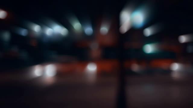 Defocused noite semáforo - vídeo