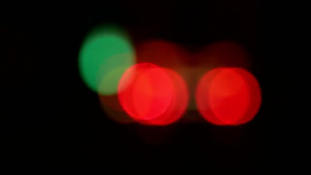 oskärpa natt trafik på highway.rain i fönstret - stationär bildbanksvideor och videomaterial från bakom kulisserna