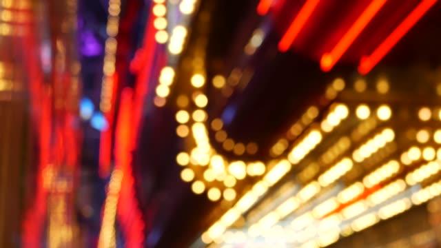 ofokuserade gamla fasioned elektriska lampor glödande på natten. abstrakt närbild av suddig retro casino dekoration skimrande, las vegas usa. upplyst vintage stil lökar glittrande på freemont street - konstkultur och underhållning bildbanksvideor och videomaterial från bakom kulisserna
