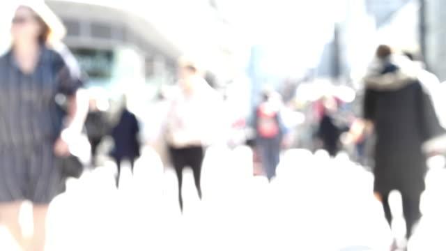 vídeos de stock, filmes e b-roll de pessoas defocused andando. passageiros ou compradores. - dia do cliente