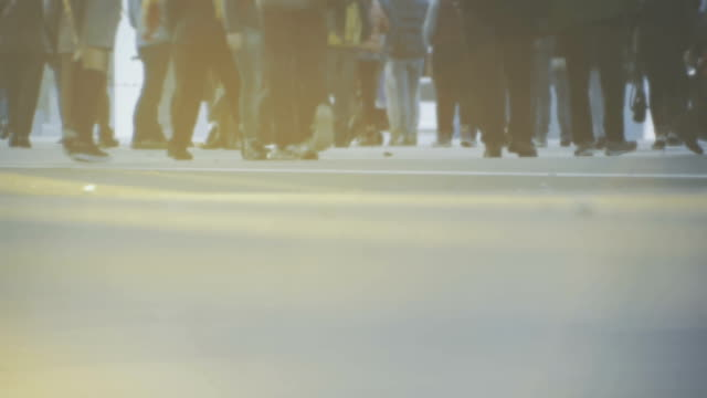 Desenfocado personas caminando en la ciudad y rayos de sol - vídeo