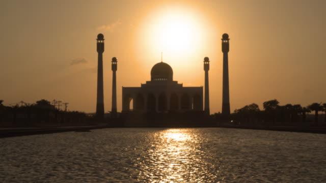 Unscharf gestellt, um konzentriert Video Sonnenuntergang im zentralen Moschee von Songkhla – Video