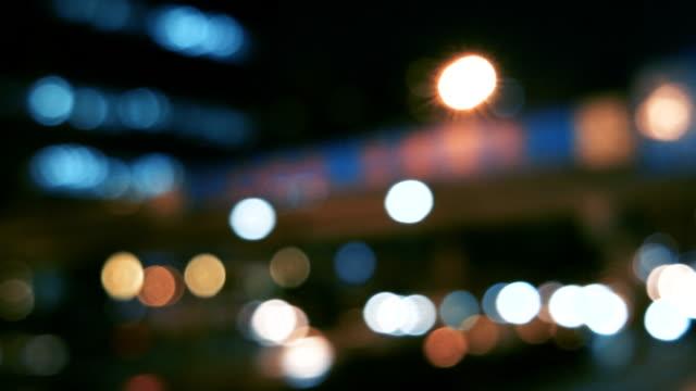 vidéos et rushes de défocalisé aperçu du trafic à pékin (plaques de conduite/processus) - voiture nuit