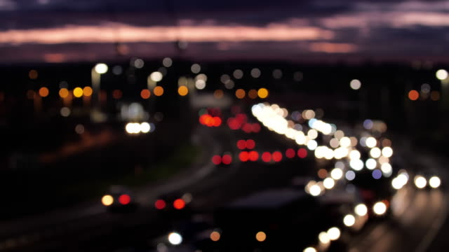 vídeos y material grabado en eventos de stock de atasco de tráfico urbano desenfocado. londres. - enfoque en primer plano