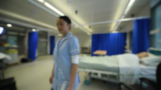 vídeos de stock e filmes b-roll de defocussed hospital ward background - reino unido