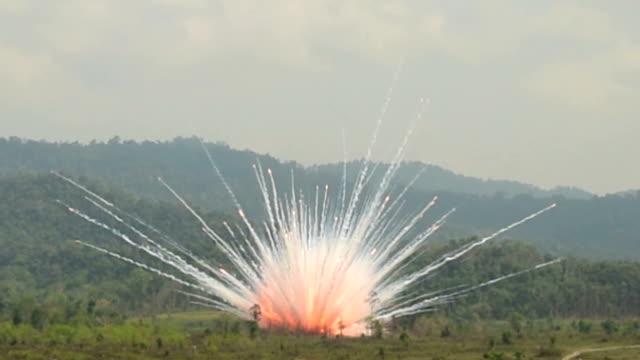 vídeos de stock, filmes e b-roll de degenerativas destruição blast - conflito