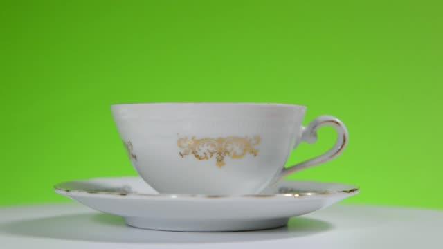 vidéos et rushes de tasse en porcelaine de rotation de 360 degrés - vaisselle picto