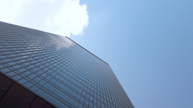 vídeos y material grabado en eventos de stock de vista de 360 grados . edificio de oficinas del paisaje urbano de tokio y fondo del cielo - prosperidad