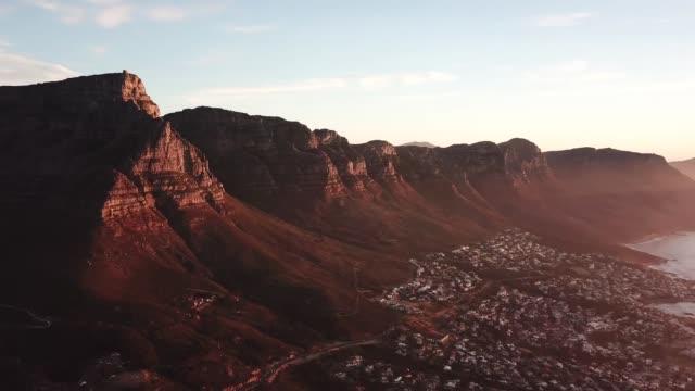 360 grad panoramablick auf den sonnenuntergang und die berge von kapstadt südafrika - südwesten stock-videos und b-roll-filmmaterial