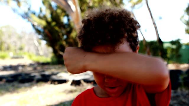 uttorkad pojke dricksvatten flaska under hinderbana - svett bildbanksvideor och videomaterial från bakom kulisserna