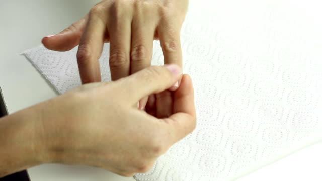 обезвоживание женщин после гелевых ногтей лаком процедуры - ноготь на руке стоковые видео и кадры b-roll