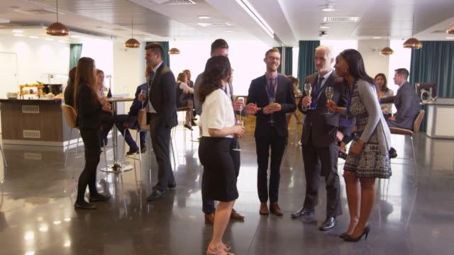 vídeos de stock, filmes e b-roll de rede de delegados na conferência bebe recepção tiro na r3d - festa da empresa