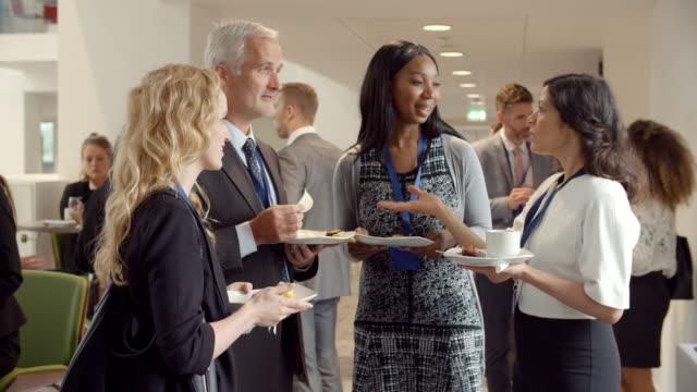delegaterna nätverk under kaffepaus vid konferens - affärskonferens bildbanksvideor och videomaterial från bakom kulisserna