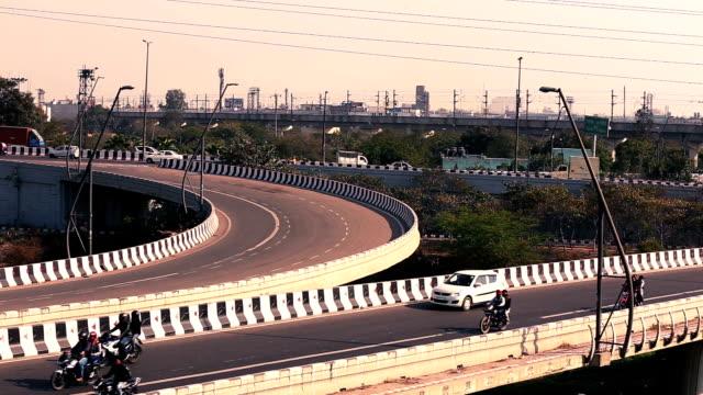 vídeos de stock, filmes e b-roll de lapso de tempo de trânsito da cidade de nova deli - nova delhi