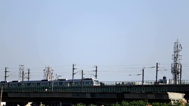 vídeos de stock, filmes e b-roll de trem metrô de deli/índia - nova delhi