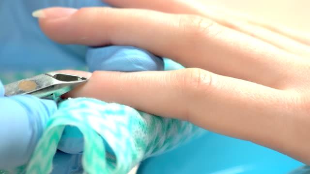 vidéos et rushes de coupe délicate de la cuticule par le maître de la manucure. - cuticule