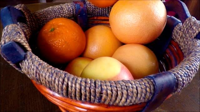 vídeos de stock e filmes b-roll de delicioso e organizadas frutas tropicais na tigela de madeira - saladeira
