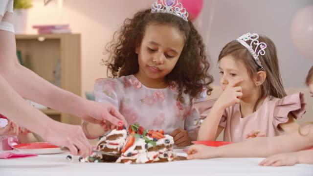 kızlar için lezzetli doğum günü pastası - kek dilimi stok videoları ve detay görüntü çekimi