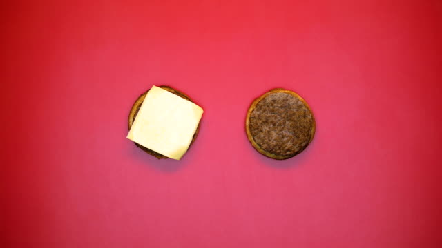 vídeos y material grabado en eventos de stock de ingredientes de deliciosas hamburguesas en fondo claro, comer comida rápida, apetito - stop sign