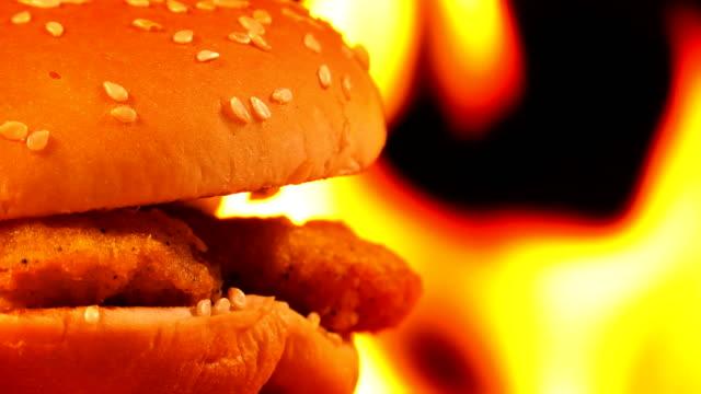 불에 맛 있는 치즈 버거 - burger and chicken 스톡 비디오 및 b-롤 화면